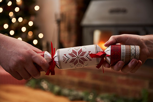 christmas-crackers-hands